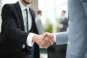 handshake between a business owner and an employee of a digital marketing agency